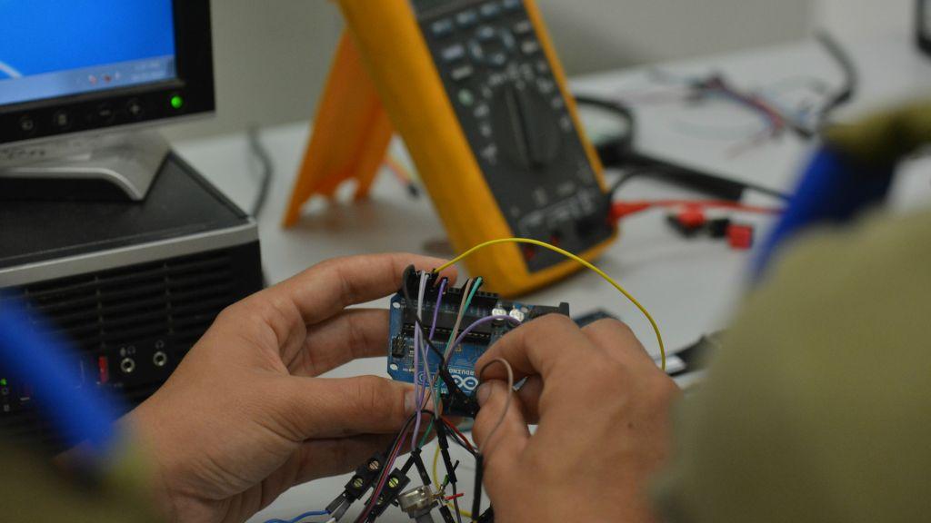 Les équipes travaillant sur le bracelet des cadets de l'armée (Crédit : Autorisation de l'unité des porte-parole de l'armée)