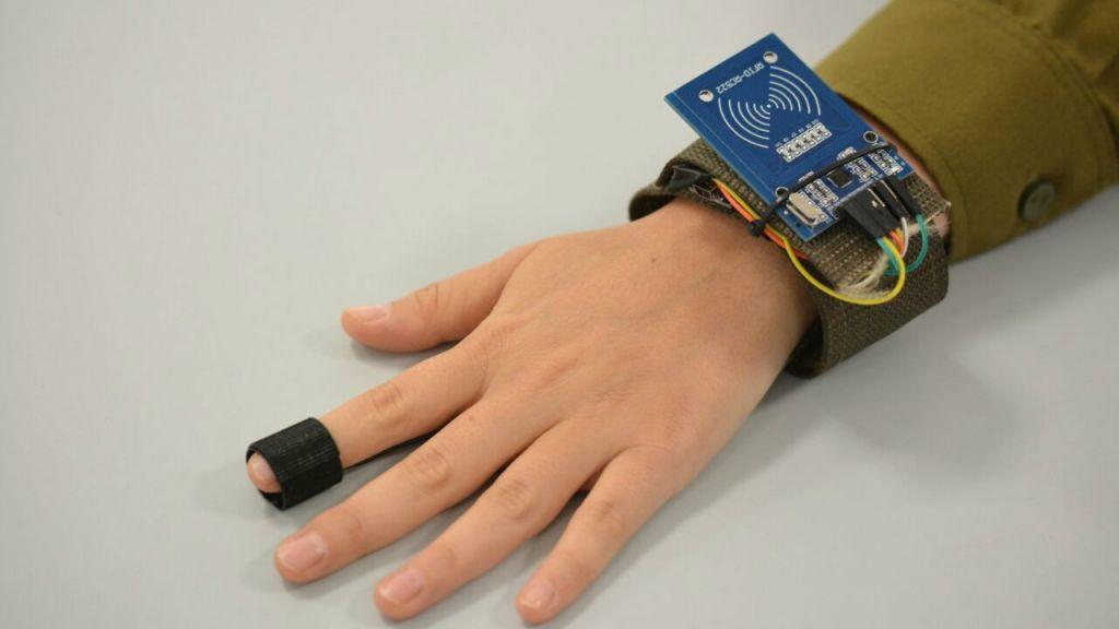 Le bracelet numérique de l'armée développé par les cadets (Crédit : Autorisation de l'unité des Porte-parole de l'armée israélienne)