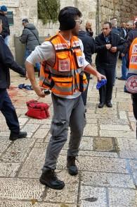 Les secouristes de United Hatzalah sur la scène d'une attaque au couteau qui a eu lieu près de la porte des Lions de la Vieille Ville de Jérusalem, le 14 décembre 2016. (Crédit: United Hatzalah)