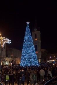 Le sapin de Noël de 15 mètres sur la place du Beffroi de Jaffa (Autorisation : Ville de Tel l Aviv-Jaffa)