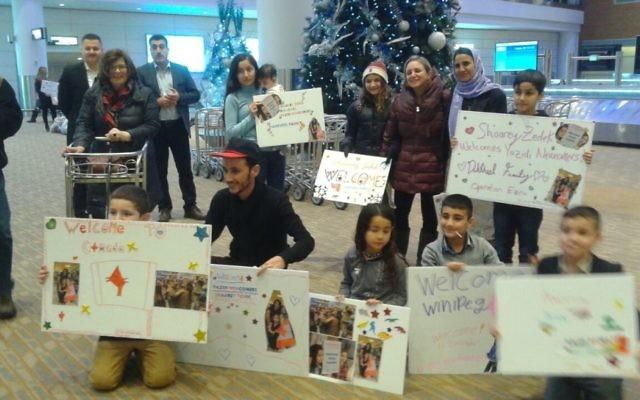 Deux familles yézidies ont été accueillies par des bénévoles locaux après une mission parrainée par des fonds privés appelée  Opération Ezra qui les a amennées jusqu'à  Winnipeg, dans le Manitoba le 20 décembre 2016 (Crédit : Nafiya Naso)