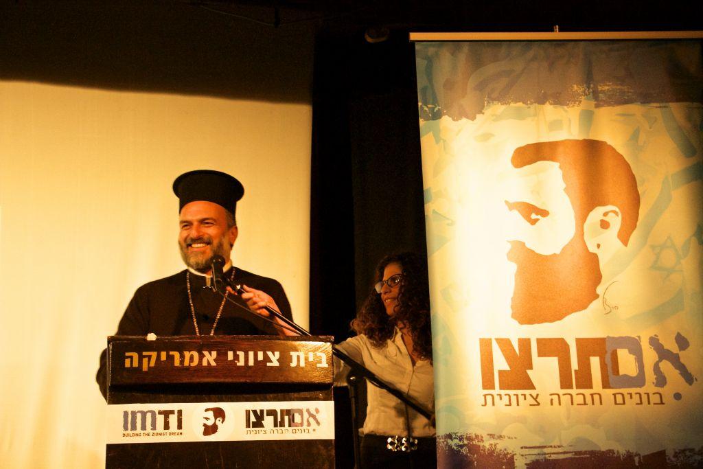 Le père Gabriel Naddaf pendant la quatrième Conférence annuelle sioniste pour les droits de l'Homme organisée par Im Tirtzu à Tel Aviv, le 11 décembre 2016. (Crédit : Dov Lieber/Times of Israël)