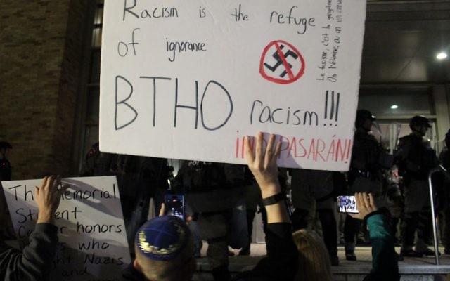 Un manifestant juif face aux policiers gardant le Memorial Student Center, où le dirigeant du mouvement de la droite dit alternative, Richard Spencer, donne un discours, à l'université Texas A&M, le 6 décembre 2016. (Crédit : Ricky Ben-David/Times of Israël)