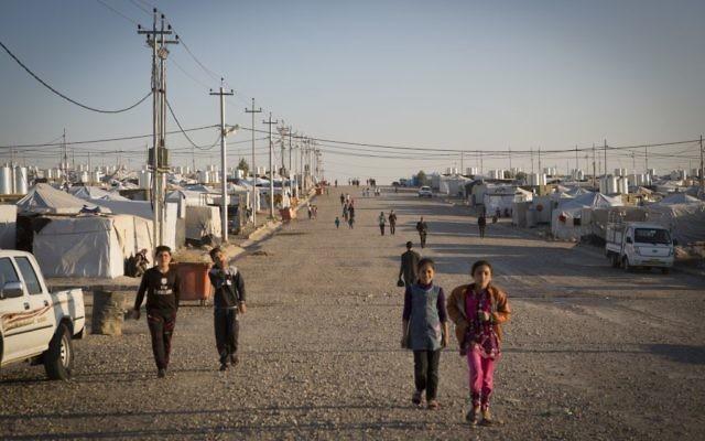 Des réfugiés yézidis dans un camps pour populations déplacées, à Dohuk en Irak, en août 2016. (Crédit : IsraAID)