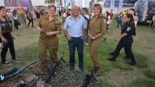 Avigdor Kahalani avec des soldates. (Crédit: AWIS)