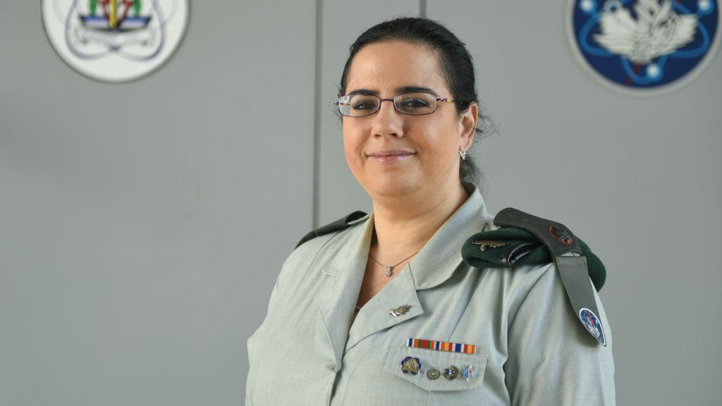 Le major Dana Shachar de l'armée israélienne, responsable de la mise en place de la nouvelle académie de la cyberdéfense de l'armée, qui devrait ouvrir ses portes en janvier 2017 (Crédit : Autorisation du porte-parole de l'armée israélienne)