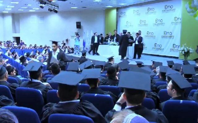 Des étudiants ultra-orthodoxes assistent à une cérémonie de remise des diplômes dans les locaux de l'Académie Ono à Jérusalem. (Capture d'écran : YouTube)
