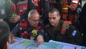 Le major-général Yoel Strick, qui dirige le commandement de la Défense passive de l'armée israélienne, avec le chef des pompiers pendant les incendies de Haïfa, le 24 novembre 2016. (Crédit : unité des porte-paroles de l'armée israélienne)