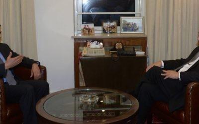 Le Premier ministre israélien, Benjamin Netanyahu, et le président du Honduras, Samuel Armando Reyes Rendon, le 8 décembre 2016, à Jérusalem (Crédit : Amos Ben-Gershom/GPO)