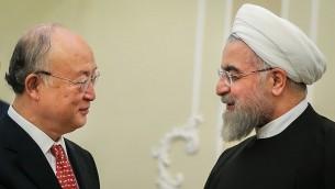 Le directeur général de l'AIEA Yukiya Amano, à gauche, rencontre le président iranien Hassan Rouhani, à Téhéran, en octobre 2015. (Crédit : Mahmoud Hosseini/CC BY 4.0/WikiCommons)