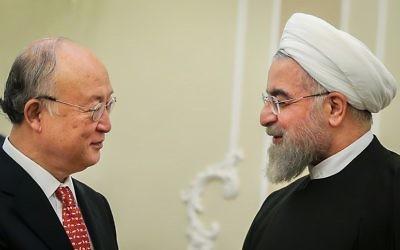 Le directeur général de l'AIEA Yukiya Amano, à gauche, avec le président iranien Hassan Rouhani, à Téhéran, en octobre 2015. (Crédit : Mahmoud Hosseini/CC BY 4.0/WikiCommons)
