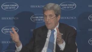 Le secrétaire d'Etat américain John Kerry devant le Forum Saban, à Washington, le 4 décembre 2016. (Crédit : capture d'écran YouTube)
