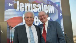David Friedman, à gauche, et Marc Zell lors d'un rassemblement pro-Trump à Jérusalem, le 26 octobre 2016. (Crédit : Facebook/Republicans Overseas Israel)