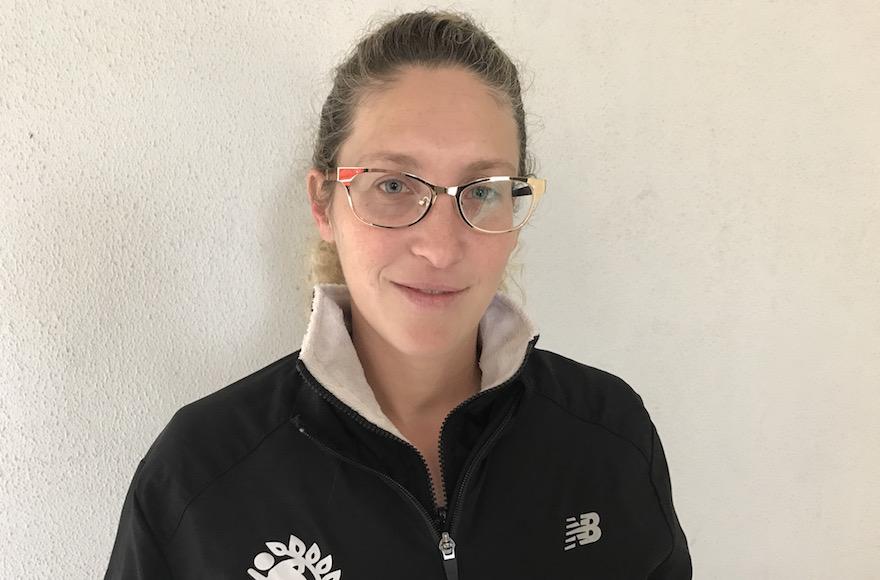 La Major Shani Fonk, 33 ans, directrice de Changes of Shape, devant une classe de Wingate, base d'entraînement de l'armée, à Netanya, le 13 décembre 2016. (Crédit : Andrew Tobin/JTA)