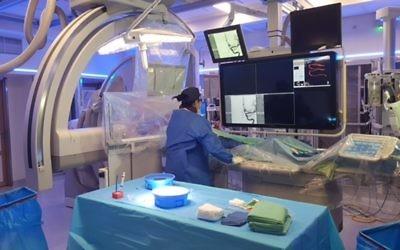 Les médecins du centre médical Soroka de Beer Sheva, en Israël, réalisent une chirurgie cérébrale diffusée en direct sur Facebook, le 13 décembre 2016. (Crédit : porte-parole de Soroka)