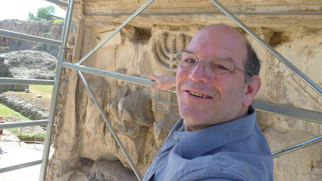 Steven Fine sur l'échafaudage de l'Arc de Titus, à Rome, en 2012. (Crédit : Projet de l'Arc de Titus/Université Yeshiva)