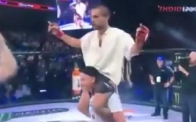 Elazar Tariku fête sa victoire après un combat de MMA, le 30 novembre 2016 (Capture d'écran)