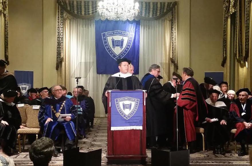 Le Maire de Jérusalem Nir Barkat donne un discours essentiel après avoir reçu un diplôme honoraire de la part de la Yeshiva University à l'hôtel Waldorf Astoria de New York le 11 décembre 2016. (Crédit : Ville de Jérusalem)