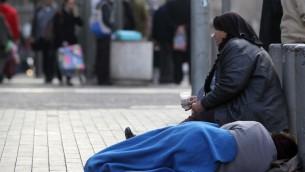 Photo d'illustration d'une pauvre femme mendiant à Jérusalem. (Crédit : Nati Shohat/Flash90)