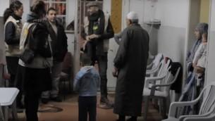 Des bénévoles du programme d'accompagnement du Conseil Oecuménique des Eglises  en Palestine et en Israël  (EAPPI) collectent des témoignages des Palestiniens (Capure d'écran :  YouTube)