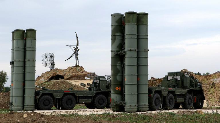 Le système de défense anti-missiles déployé S-400 sur la base militaire russe de Hmeimin, dans la province de Lattaquié, au nord ouest de la Syrie, le 16 décembre 2015. (Crédit : Paul Gypteau/AFP)