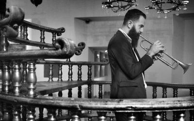 Le trompettiste et directeur artistique Avishai Cohen lors du Festival de Jazz de Jérusalem en 2015 (Crédit :  Yossi Zwecker)
