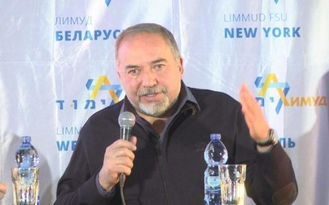 Le ministre de la Défense Avigdor Liberman devant l'auditoire d'une conférence du  Limmud FSU à Eilat, le 15 décembre 2016 (Crédit : Limmud FSU)