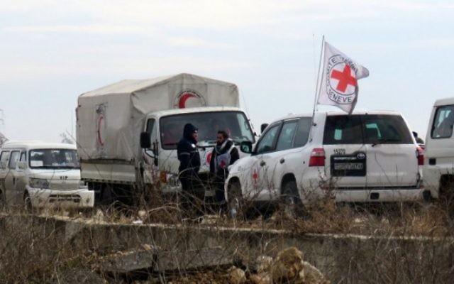 Les personnels du Croissant Rouge International et de son homologue syrienne pendant l'évacuation des civils d'Alep, le 16 décembre 2016. (Crédit : AFP/STRINGER)