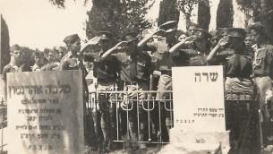 Le mouvement de jeunes Betar fait le salut devant la tombe de Sarah Aaronsohn à  Zichron Yaakov, vers 1942 (Crédit : Domaine public via wikipedia)