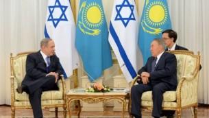 Le Premier ministre Benjamin Netanyahu, à droite, et le président du Kazakhstan Nursultan Nazarbayev à Astana,  le 14 décembre 2016. (Crédit : Haim Zach/GPO)