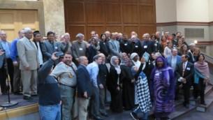 Des Imams, des Rabbins et des leaders juifs et musulmans laïcs posent pour une photo de groupe à la Congrégation  Tifereth Israel à Washington, D.C., le 11 décembre 2016. (Crédit : Ron Kampeas/JTA)