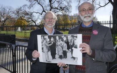 Michael Meeropol et son frère Robert Meeropol aux abords de la Maison Blanche lors d'un rassemblement, le 1er décembre 2016, pour réhabiliter le nom de leur mère. (Crédit : Alan Heath/Rosenberg Fund for Children)