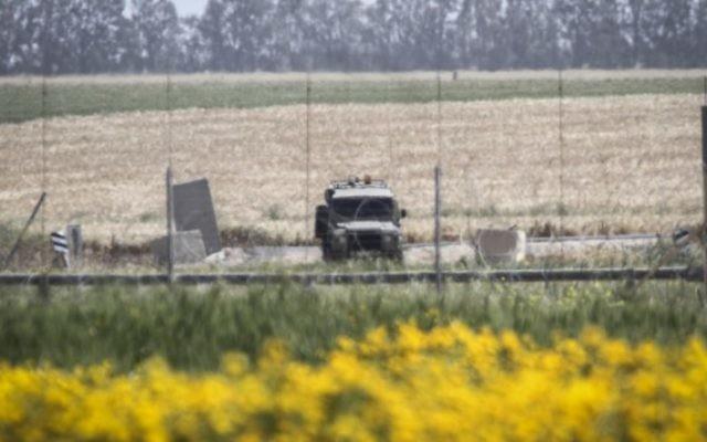 Un véhicule militaire israélien à proximité de la frontière entre Israël et la Bande de Gaz,a le 30 mars 2015. (Crédit : Abed Rahim Khatib/Flash90)