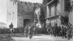 Edmund Allenby entrant à pied dans Jérusalem, en  1917. (Crédit : Domaine public)