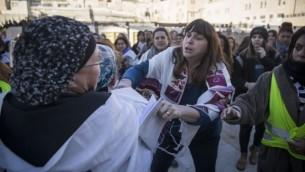 Des femmes ultra-orthodoxes protestent contre le mouvement Women of the Wall au cours d'un service de prière sur le site du mur occidental le 1er décembre 2016 (Crédit :  Hadas Parush/Flash90)