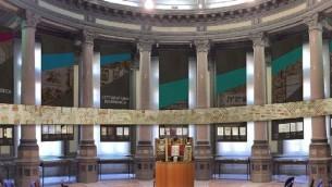La salle des expositions à  Florence qui accueille les artéfacts juifs italiens à découvrir. (Crédit : Fondation du Patrimoine Culturel Juif Italien)