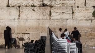 Les gens prient de chaque côté des sections divisées entre hommes et femmes à Jérusalem le 14 juin  2016. (Crédit : Wajsgras/Flash90)
