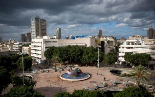 Des nuages d'orage sur la place Dizengoff dans le centre de Tel Aviv le 15 décembre 2016 (Crédit : Miriam Alster/Flash90)