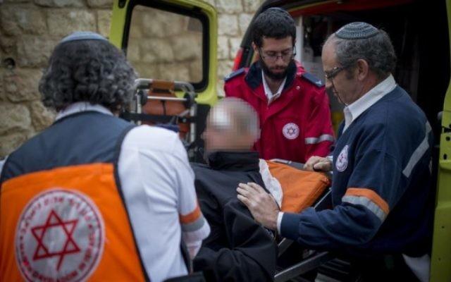 Les personnels médicaux de Magen David Adom évacuent un officier de police blessé lors d'une attaque à l'arme blanche à Jérusalem le 14 décembre 2016 (Crédit :  Yonatan Sindel/Flash90)
