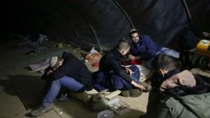 Des jeunes Israéliens dans une tente dans l'avant-poste d'Amona en Cisjordanie, le 17 décembre 2016 (Crédit :  Miriam Alster/Flash90)