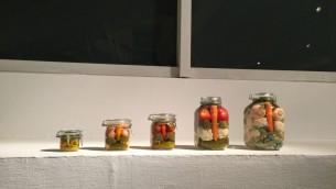 Des pots de légumes en conserve, comme ceux servis par l'artiste Gideon Gechtman dans son cours de Midrasha (Crédit : Jessica Steinberg/Times of Israel)