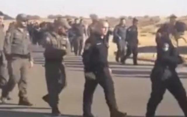 Des soldats et des gardes-frontières s'entraînent lors d'un exercice sur la base militaire de Tzeelim, dans le sud d'Israël, en amont de l'évacuation, décidée par la Haute-Cour, de l'avant-poste d'Amona en Cisjordanie, le 25 décembre 2016. (Crédit : capture d'écran Deuxième chaîne)