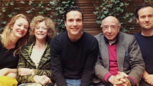 Hans Knoop, en veston, son épouse, Betty, deuxième à gauche, rencontrent les acteurs principaux du film de fiction 'L'affaire Menten' à Hilversum, aux Pays-Bas, en 2015. (Crédit : MAX/via JTA)