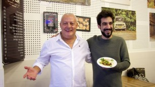 Matan Abrahams, chef à la Brasserie Hudson, Brasserie, un restaurant à viande haut-de-gamme de Tel Aviv, aux côtés d'Issa Maron le 30 novembre 2016, présentant leur toute première création à base d'Houmous et de côtes de boeuf rôties. (Crédit : Dov Lieber/Times of Israel)