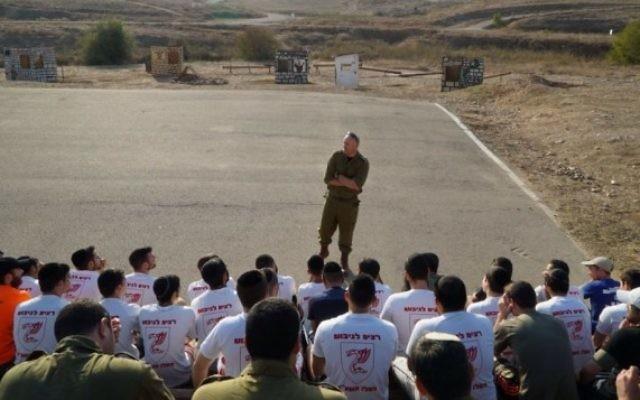 Des adolescents ultra-orthodoxes participent à des tests de sélection au sein de la Brigade des Parachutistes de Tsahal, en décembre 2016 (Crédit Eliezer Liani/ministère de la Défense)