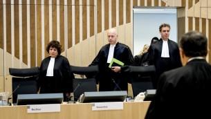 """(Gauche à droite) Les juges  Elianne van Rens, Henry Stone House et Sijbrand Wreath lors de leur arrivée dans la salle du tribunal de Schiphol, à Badhoevedorp,  aux Pays-bas, le 31 octobre 2016, pour le début du procès du Parlementaire anti-Islam néerlandais  Geert Wilders accusé d'insulte envers un groupe racial et d'incitation à la haine après des commentaires portant sur les Marocains vivant aux Pays-Bas.  Ce procès s'est ouvert le 31 octobre en l'absence de Wildersle 31 octobre, dans une affaire examinant les frontères de la liberté d'expression  en amont des élections parlementaires l'année prochaine. Ce procès qui devait s'achever le 25 novembre n'intéresse en partie à des propos tenus lors d'un rassemblement pour des élections locales en mars 2014. Lorsque Wilders avait demandé à ses partisans s'ils voulaient """"plus ou moins de Marocains dans leur ville et eaux Pays-Bas, la foule avait répondu : """"Moins ! Moins !"""" Wilders avait alors ajouté : """"Nous allons organiser ça"""". (Crédit :  / AFP PHOTO / ANP / Koen van Weel / Netherlands OUT)"""
