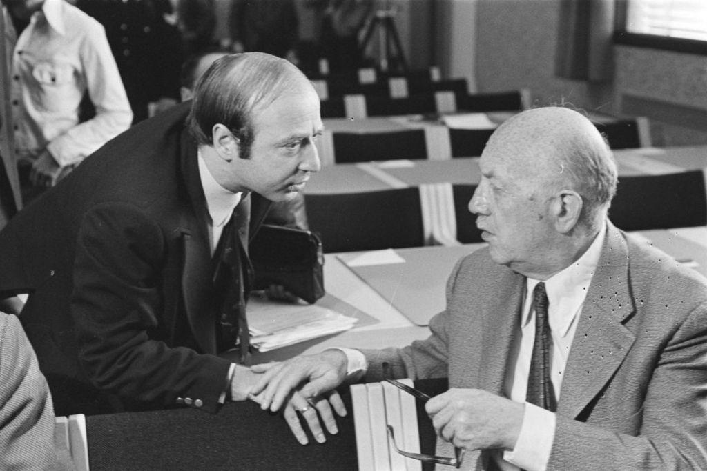 Hans Knoop, à gauche et Haviv Cnaan, en 1977. (Crédit : Wikimedia commons/Dutch National Archive)