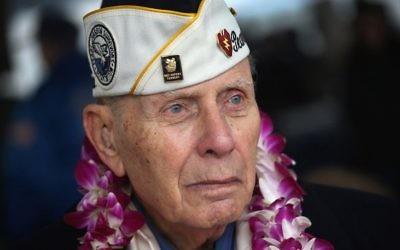 Le survivant de Pearl Harbor Aaron Chabin, 89 ans, lors d'une cérémonie commémorant les attaques japonaises surn Pearl Harbor le 7 décembre 2012 à  New York  (Crédit : John Moore/Getty Images via JTA)
