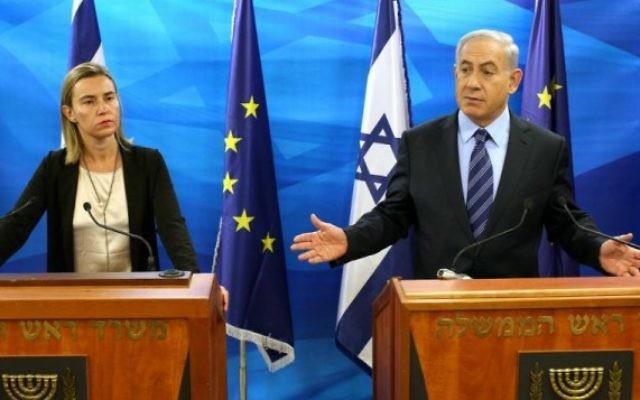 Le Premier ministre israélien Benjamin Netanyahu lors d'une conférence de presse conjointe avec la cheffe de la politique étrangère de l'UE, Federica Mogherini, à Jérusalem, le 7 novembre 2014. (Crédit :  Amit Shabi/POOL/FLASH90)