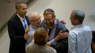 Le Parlementaire du Likud Benny Begin félicité par Yehudah Glick du même parti au cours d'un vote sur le projet de Loi de Régulation le 7 décembre 2016 (Crédit : Yonatan Sindel/Flash90)